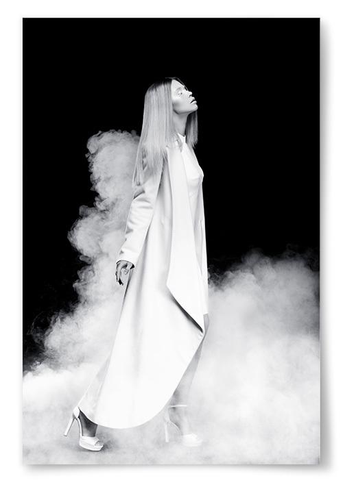 Poster Kvinna Går Genom Rök